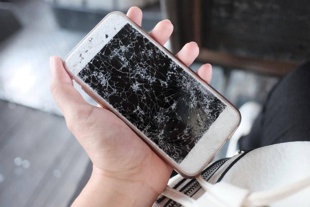 iPhone ekran değişimi Shutterstock_622207235